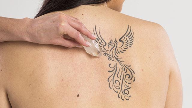 Ob Tätowierung, Operations- oder Kaiserschnittnarbe. Jegliche Narben können mithilfe der heilenden Wirkung eines Bergkristalls und einer speziellen Technik aus der Kinesiologie entstört werden.